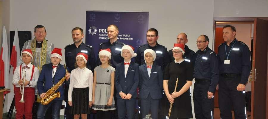Na pamiątkowej fotografii wykonanej w Komendzie Powiatowej Policji w Nowym Mieście