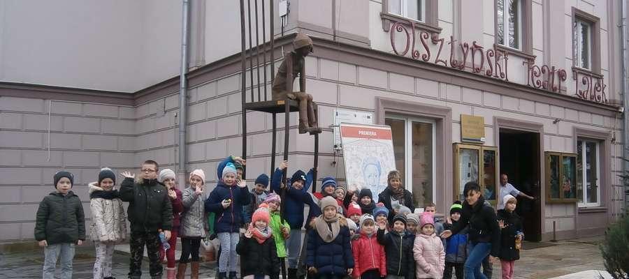 Na pamiątkowej fotografii przed olsztyńskim teatrem