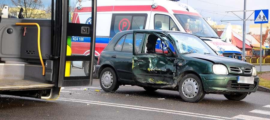Autobus miejski linii nr 17 zderzył się z samochodem osobowym