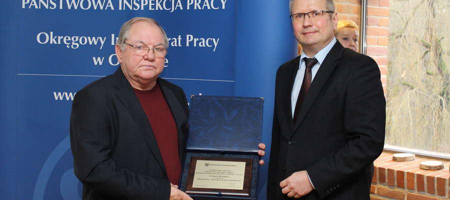 Mieczysław Czajkowski (z lewej strony) przyjął dyplom za zajęcie III miejsca w konkursie z rąk Marka Wójciaka, Okręgowego Inspektora Pracy w Olsztynie