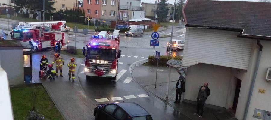 Strażacy usuwali zadymienie w piwnicy w bliku przy ul. Dąbrowskiego 48 w Iławie. Przyczyną był pozostawiony niedopałek papierosa