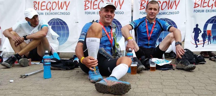 Krzysztof Wacławski (w środku) opowiada o tym, jakie to uczucie i  rodzaj satysfakcji ukończyć  Ironmana