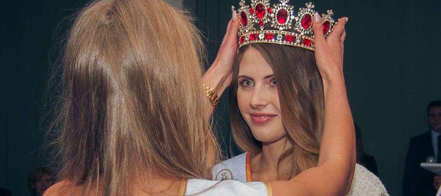 Ola Grysz w momencie zakładania korony Miss Warmii i Mazur