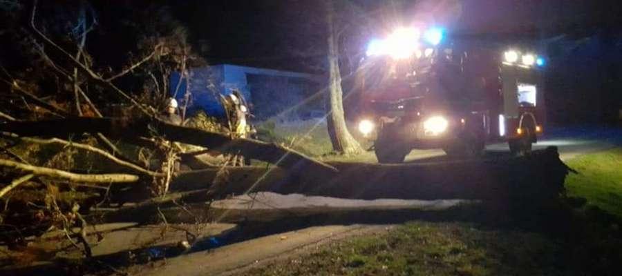 Strażacy z Reszla walczą ze skutkami silnego wiatru