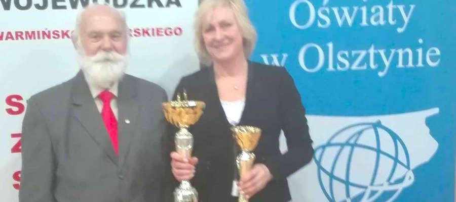 Dyrektor Zespołu Placówek Oświatowych w Miłkach Lidia Popczyńska oraz  przewodniczący Warmińsko-Mazurskiego Szkolnego Związku Sportowego Wacław Wasiela