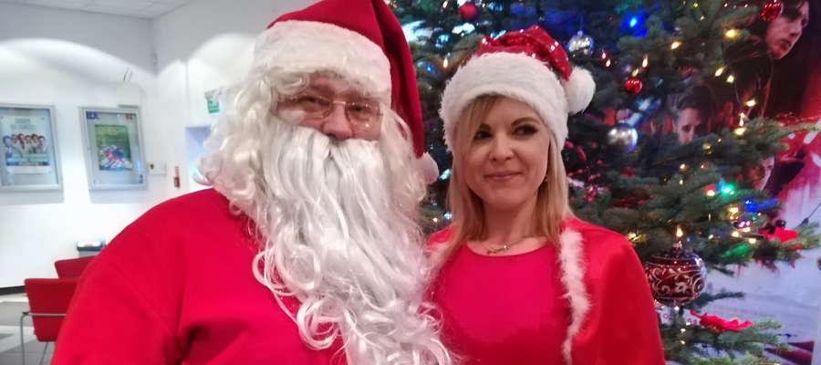 """Święty Mikołaj i jego Śnieżynka życzą czytelnikom """"Gazety w Kętrzynie"""" Wesołych Świąt."""