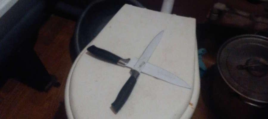 Na zdjęciu skrzyżowane noże, leżące na klapie sedesu