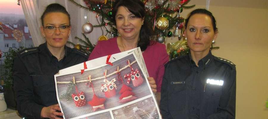 Policjantki przekazały paczkę na ręce dyrektora Powiatowego Domu Dziecka, Bożeny Biegańskiej,