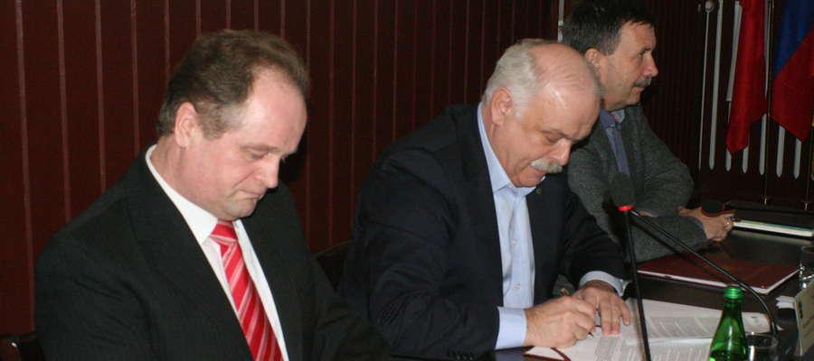- Podpisanie umowy na Górkę Poznańską jest zwieńczeniem naszej wieloletniej pracy - mówi Krzysztof Hećman (w środku)