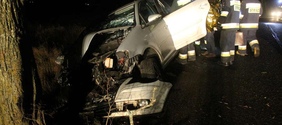 Kierowca z Gdańska uderzył volkswagenem w przydrożne drzewo na DW 594