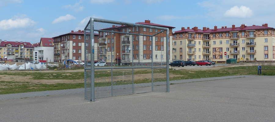 O potrzebie gruntownego wyremontowania boiska sportowego na os. Piastowskim pisaliśmy już w poprzednim roku