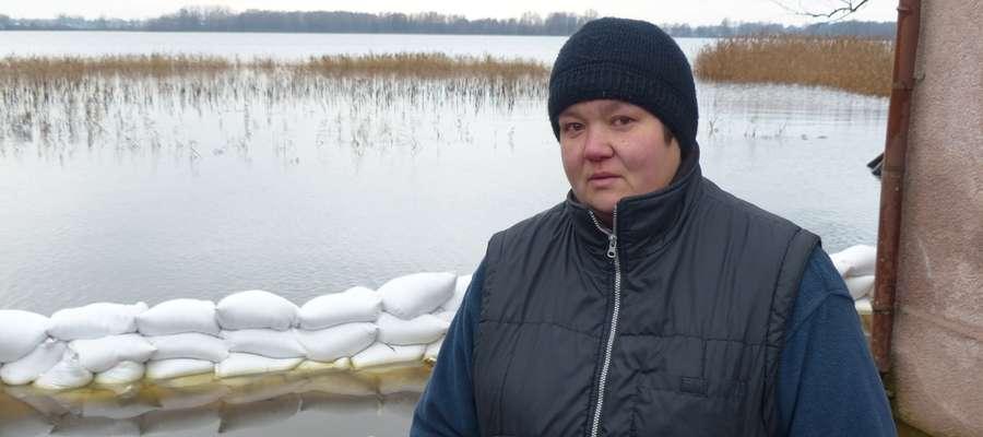 Arleta Jarosz z Nowej Wsi z wodą zalewającą jej dom zmaga się już od ponad miesiąca!