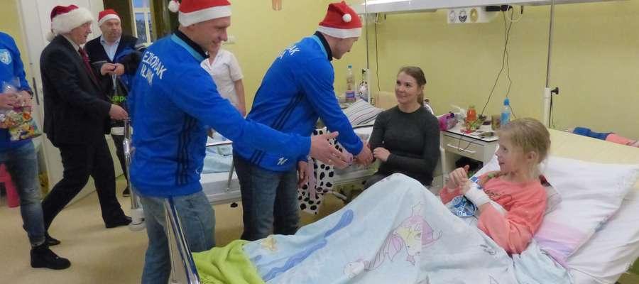 Kapitan Jezioraka Krzysztof Kressin i Daniel Madej witają się z jedną z pacjentek