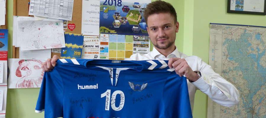 Karol Kosopud, kapitan drużyny piłki ręcznej Jezioraka, przyniósł do naszej redakcji koszulkę iławskiej drużyny z autografami zawodników