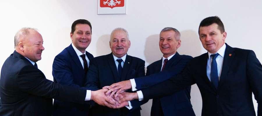 Umowy podpisali (od lewej): wicestarosta Edmund Winnicki,  starosta Andrzej Wiczkowski, marszałek Gustaw Marek Brzezin, burmistrz Czesław Najmowicz i wójt Bogusław Fijas