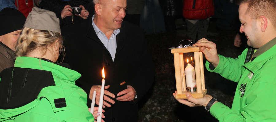Betlejemskie Światło Pokoju z rąk komendanta Hufca ZHP w Bartoszycach otrzymuje burmistrz Marek Dominiak.