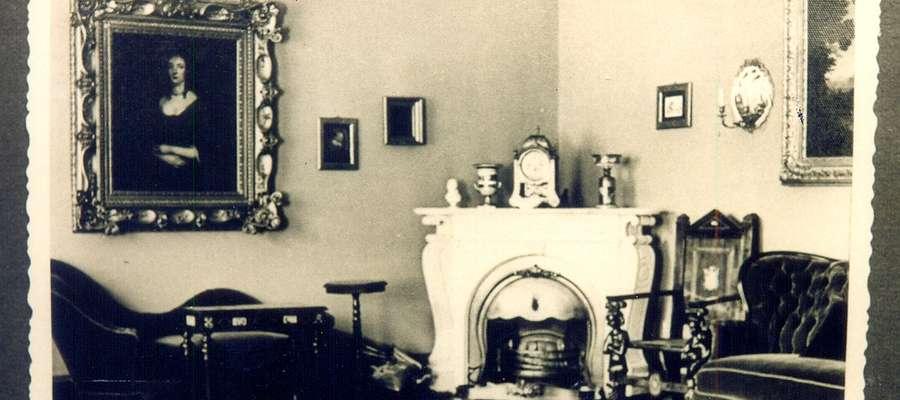 Salon Niebieski z kominkiem narożnym w dworze w Rejsytach. Ok. 1940