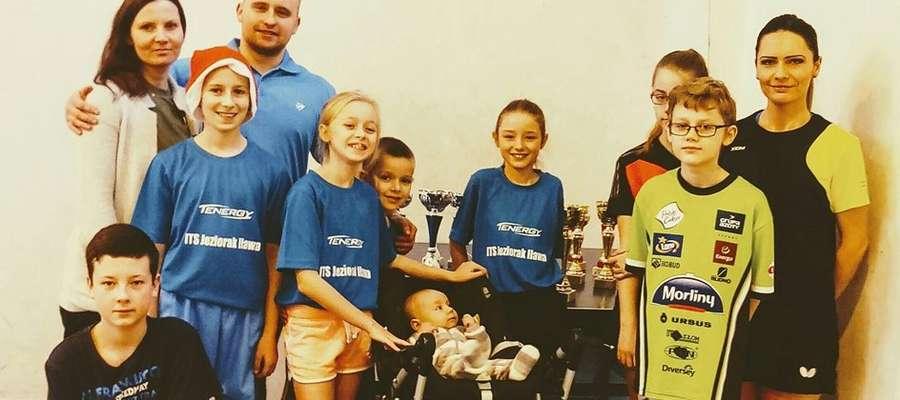 Uczestnicy turnieju świątecznego i jego organizatorzy, czyli tenisowa rodzina z Iławy