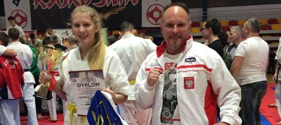 Wiktoria Witkowska i trener Tomasz Gąska z Iławskiego Klubu Kyokushin Karate