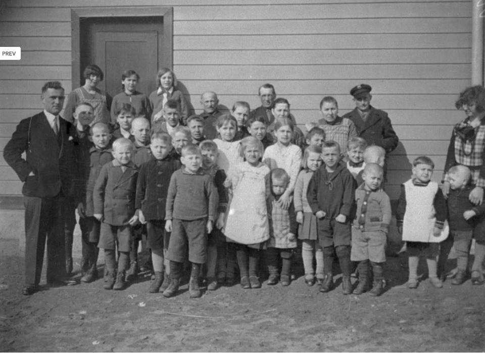 Dzieci ze szkoły w Pluskach. Wśród nich pięcioro z rodziny Popławskich. Dziewczynki po środku w białych sukienkach to Leokadia, Waleska i Adela Popławskie. - full image