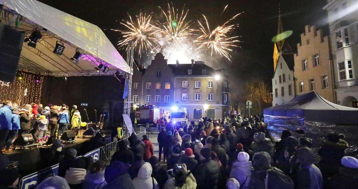 Światełko do nieba  Olsztyn-WOŚP koncert finałowy i pokaz sztucznych ogni - full image