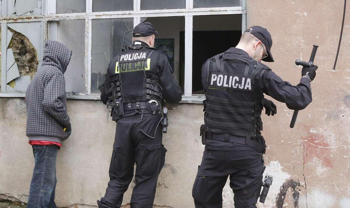 Pożar pustostan Wojska  Olsztyn-W budynku przy alei Wojska Polskiego 5 C wybuchł pożar. Przyczyny nie są jeszcze znane. W akcji gaśniczej biorą udział 4 zastępy straży pożarnej. W czasie działań funkcjonariusze policji odkryli w sąsiednim budynku bezdomny