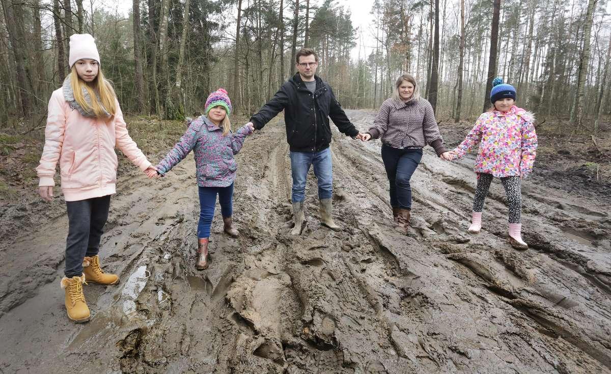 Rodzina Kopówka z Naterek  Naterki-Marcelina i Paweł Kopówka z dziećmi mają problem z dojazdem do domu przez budowę obwodnicy i nieprzejezdne drogi