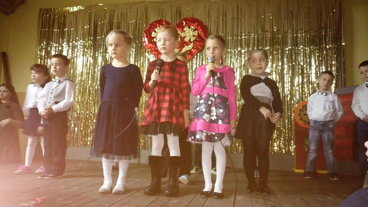 Występy dzieci ze szkoły w Ostrowitem