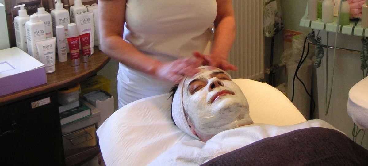 Mężczyzna u kosmetyczki  - full image
