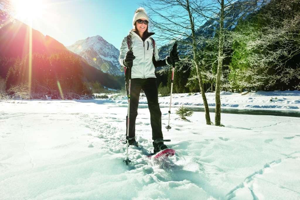 Zimowe szusowanie w sportowych okularach  - full image