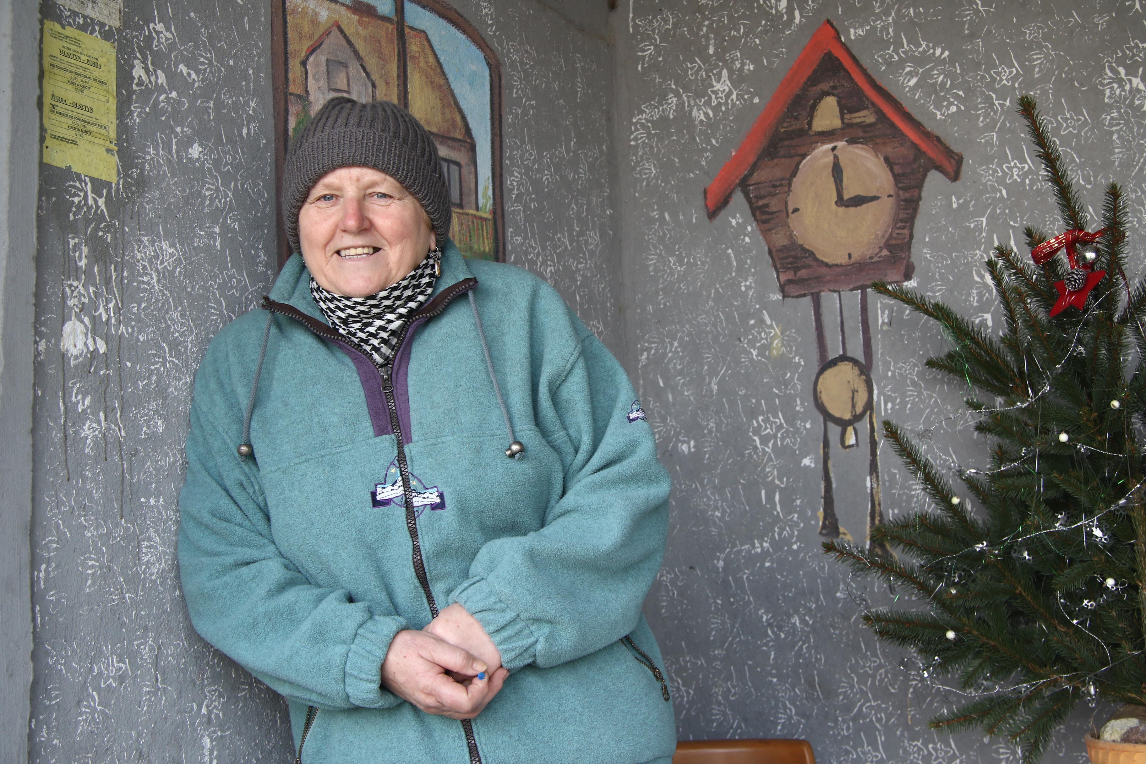 Niezwykły przystanek we wsi Skajboty  Skajboty- gm. Barczewo. Mieszkańcy wsi w niecodzienny sposób ozdobili przystanek autobusowy. Urządzili wnętrze jak wiejską kuchnię. Nz. Barbara Kosowska - Sołtys wsi Skajboty