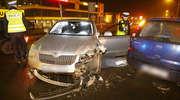Opel zderzył się z nieoznakowanym radiowozem. Ranny policjant