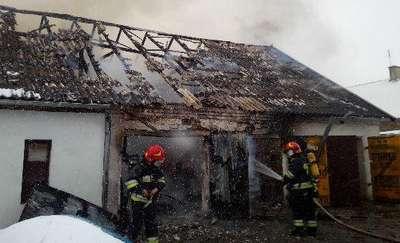 Strażacy walczą z ogniem w Popiołach