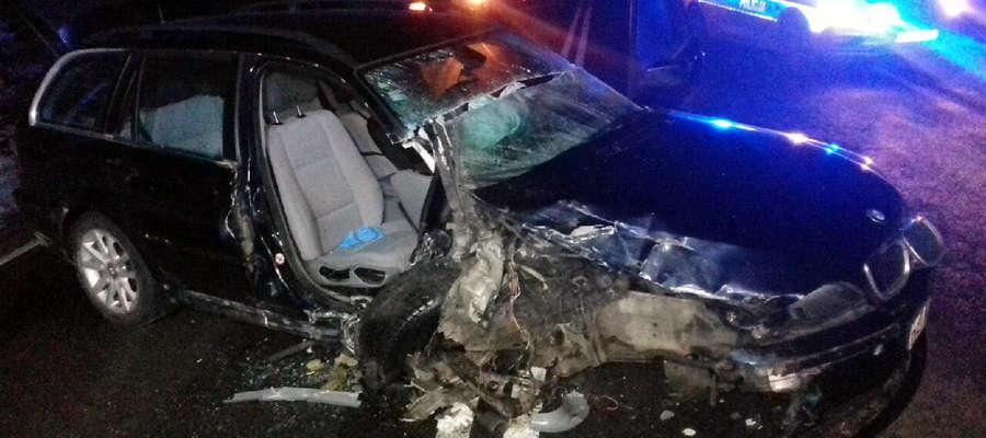 30-letni mieszkaniec Warszawy, wyprzedzając kilka pojazdów ciężarowych, doprowadził do czołowego zderzenia z jadącym z naprzeciwka bmw
