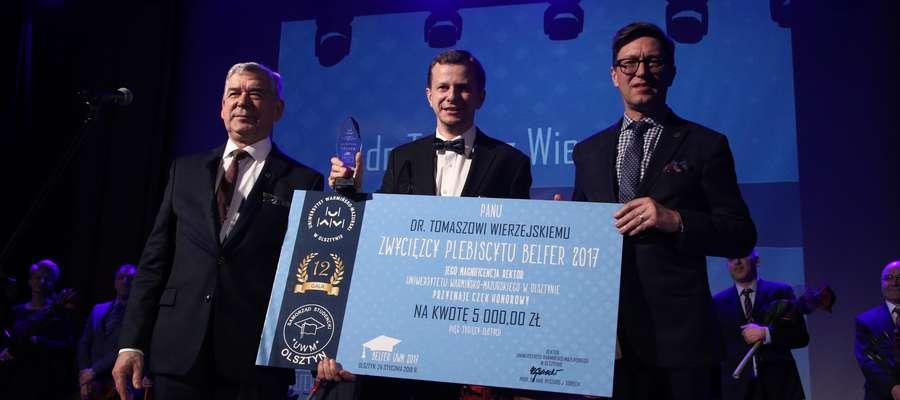 Gala Belfer UWM  Olsztyn- UWM. Gala finałowa plebiscytu Belfer UWM. Nz. Zwycięzca plebiscytu Dr Tomasz Wierzejski (w środku)