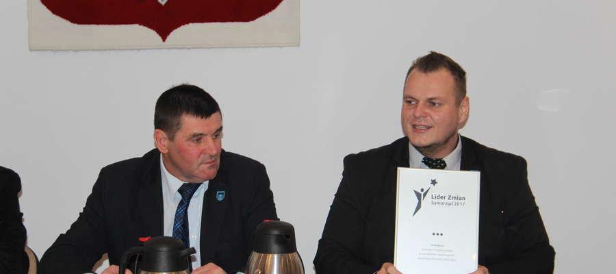 Wójt Krzysztof Ziółkowski dumnie prezentował wyróżnienie podczas ostatniej sesji