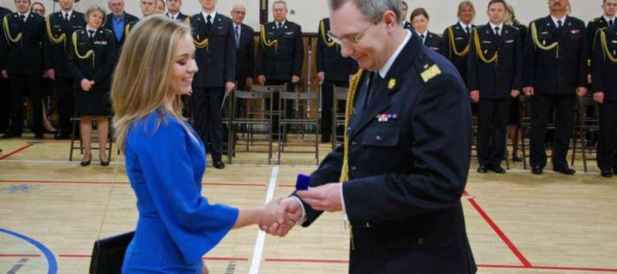 Studentka nie kryła radości podczas wręczania złotej odznaki wzorowego studenta