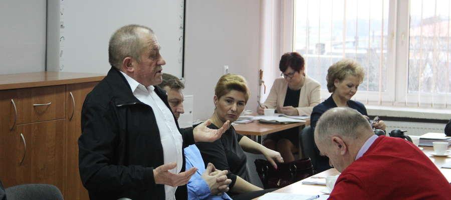Radny Ireneusz Myśliwczyk poprosił komisję rewizyjną o kompleksową kontrolę inwestycji.
