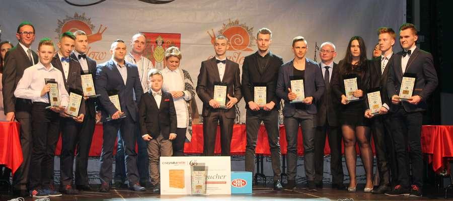 Laureaci ubiegłorocznego plebiscytu na scenie podczas Gali Lubawskiego Sportu