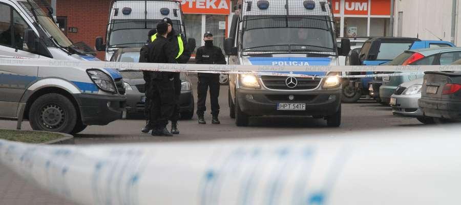 Gangsterzy przyszli do domu S. — Policja kryminalna z Olsztyna — usłyszał gospodarz. Nie uwierzył