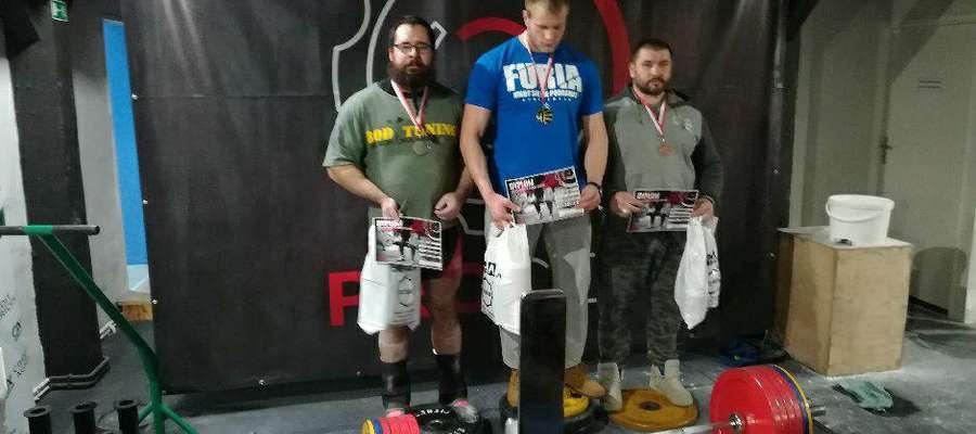Podium w kategorii +100 kg. Marek Makarewicz pierwszy z prawej