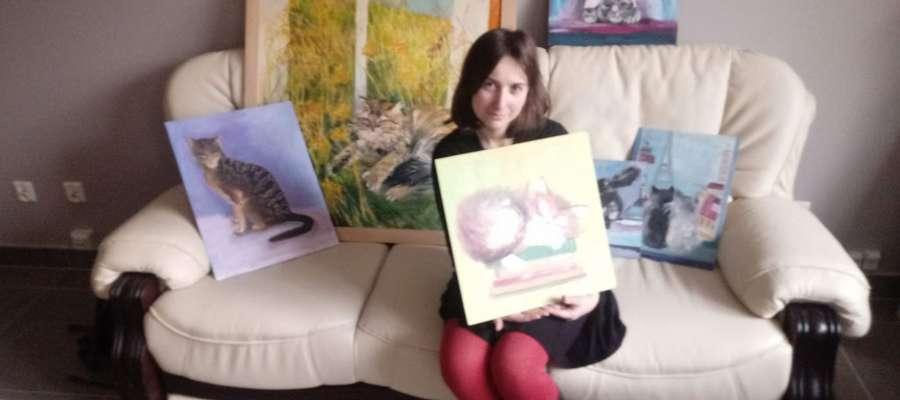 Anna Szafert,studentka z Wydziału Sztuki UWM wśród obrazów, które zawisną w kociej kawiarni. Większość z tych na zdjęciu jest jej autorstwa