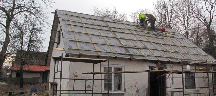 Do tej pory dzięki wsparciu darczyńców naprawiono kominy, wyremontowano dach, wymieniono dachówki i zainstalowano rynny.