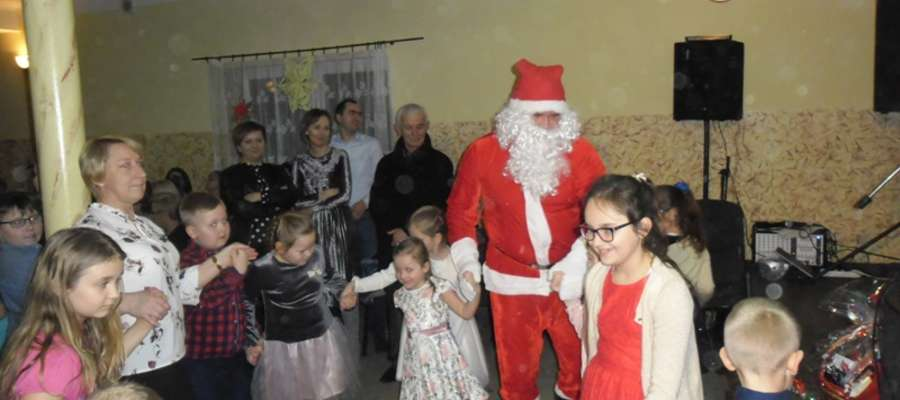 Dzieci nie odstępowały Mikołaja na krok. Zachęciły go do wspólnej zabawy