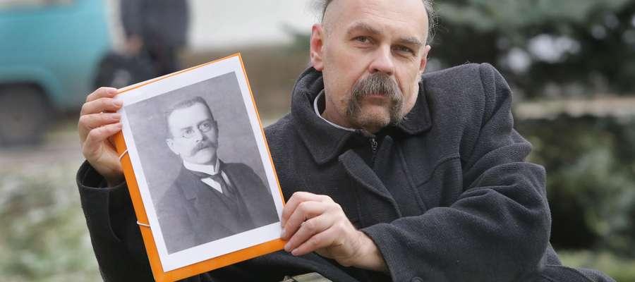 Sławomir Gonkowski na grobie bakteriologa Wacława Błażeja Orłowskiego