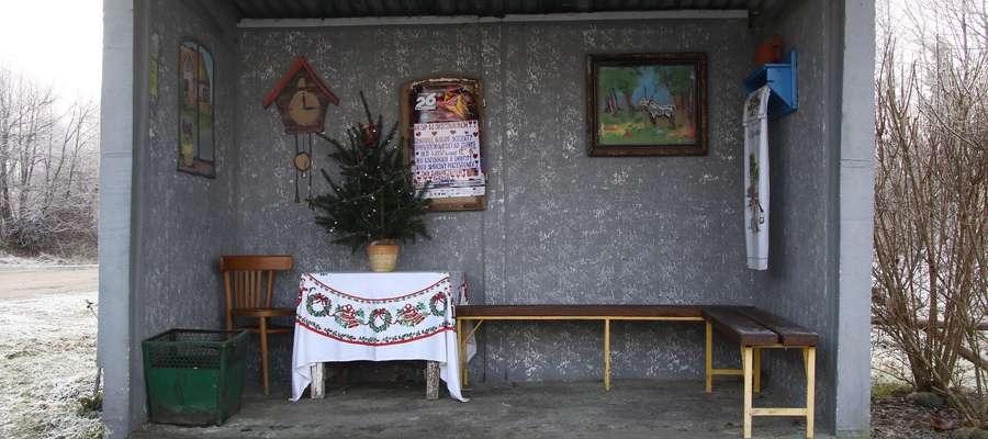 Niezwykły przystanek we wsi Skajboty  Skajboty- gm. Barczewo. Mieszkańcy wsi w niecodzienny sposób ozdobili przystanek autobusowy. Urządzili wnętrze jak wiejską kuchnię.