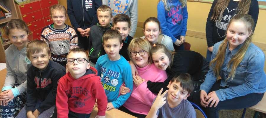 Niepubliczna Szkoła Podstawowa w Krekolach dba nie tylko o bezpieczeństwo dzieci ale też o ich właściwy rozwój. Na zdjęciu dyrektor Alicja Styczewska w towarzystwie uczniów