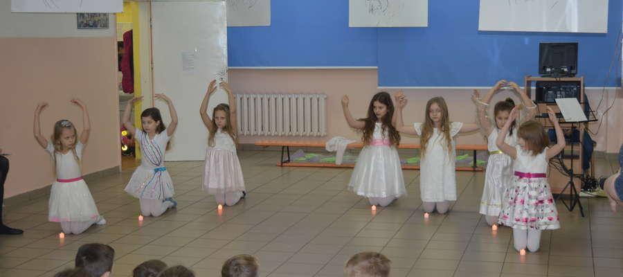 """W lidzbarskiej 'czwórce"""" odbyło się wielkie widowisko słowno - muzyczno - taneczne """"Styczniowe Anioły"""". Impreza odbyła się 16 stycznia 2018 roku"""