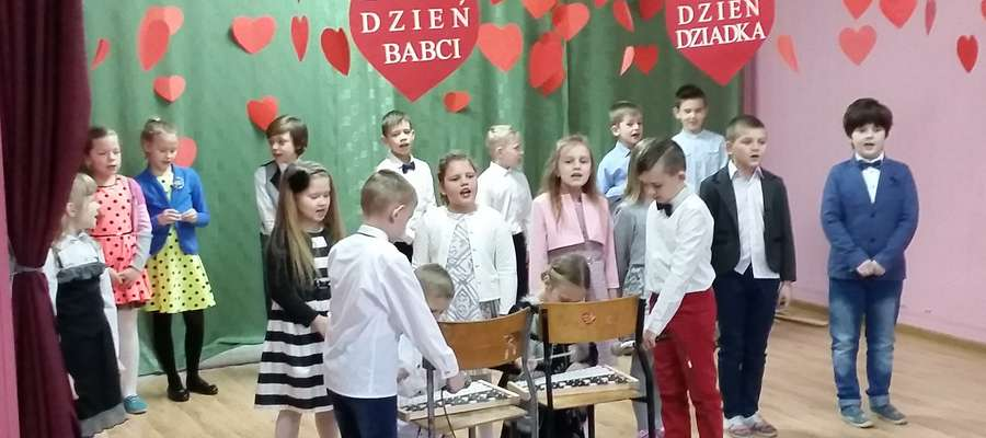 Uczniowie z Mroczna podczas występu dla dziadków