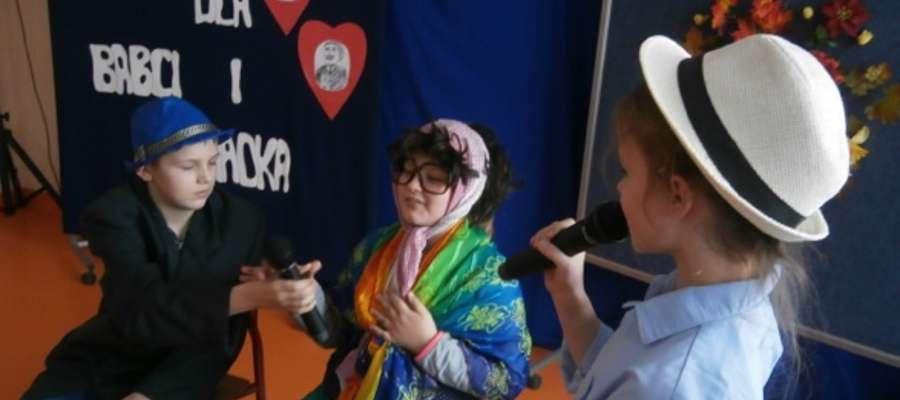 Wnuki podczas występów dla dziadków w Zwiniarzu